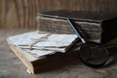 在一个木桌和放大器上的旧书 免版税图库摄影