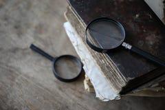 在一个木桌和放大器上的旧书 免版税库存图片