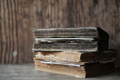 在一个木桌和放大器上的旧书 库存图片