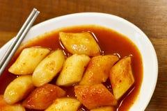 在一个木桌特写镜头的韩国tokkoki食物,顶视图 图库摄影