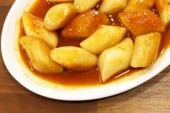 在一个木桌特写镜头的韩国tokkoki食物,顶视图 免版税库存图片