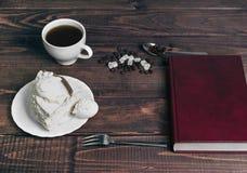 在一个木桌纤巧-有蛋糕的茶碟 图库摄影