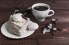 在一个木桌纤巧-有蛋糕的茶碟 免版税图库摄影