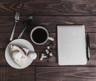 在一个木桌纤巧-有蛋糕的茶碟 免版税库存图片