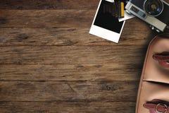 在一个木桌面上的自由职业者的照相设备 免版税库存图片