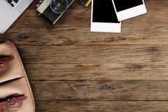 在一个木桌面上的行家自由职业者的照相设备 免版税库存图片