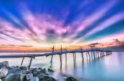 在一个木桥的光芒日出 免版税库存照片