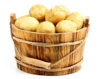 在一个木桶的嫩土豆土豆 免版税库存图片