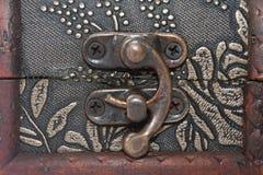 在一个木棺材的金属锁 免版税库存照片