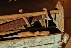 在一个木油漆削皮工具箱的生锈的工具 图库摄影