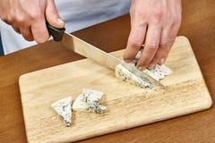 在一个木烹调委员会的切口乳酪 免版税库存图片