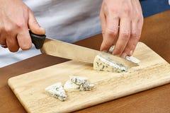 在一个木烹调委员会的切口乳酪 库存照片