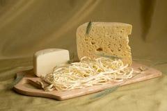 在一个木牌照的干酪 库存图片