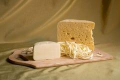 在一个木牌照的干酪 免版税库存照片