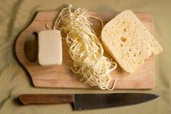 在一个木牌照的干酪 免版税图库摄影