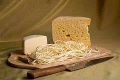 在一个木牌照的干酪 免版税库存图片