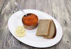 在一个木瓶子的新鲜的开胃红鲑鱼鱼子酱 免版税库存图片