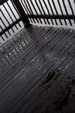 在一个木甲板的水滴 免版税库存照片