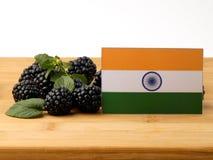 在一个木盘区的印地安旗子用在wh隔绝的黑莓 免版税库存图片