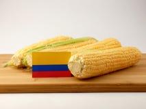 在一个木盘区的哥伦比亚的旗子用在白色b隔绝的玉米 库存照片