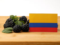 在一个木盘区的哥伦比亚的旗子用在a隔绝的黑莓 免版税库存图片