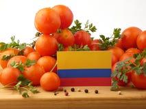 在一个木盘区的哥伦比亚的旗子用在whi隔绝的蕃茄 库存图片