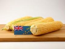 在一个木盘区的图瓦卢旗子用在白色后面隔绝的玉米 库存图片