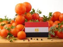 在一个木盘区的埃及旗子用在丝毫隔绝的蕃茄 免版税库存图片