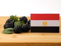 在一个木盘区的埃及旗子用在a隔绝的黑莓 库存图片