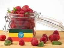 在一个木盘区的埃赛俄比亚的旗子用在a隔绝的莓 免版税图库摄影
