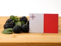 在一个木盘区的马尔他旗子用在w隔绝的黑莓 图库摄影