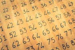 在一个木盘区绘的黑数字-葡萄酒宾果游戏 库存照片
