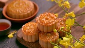 在一个木盘子用茶和花的美丽的月饼在黑板岩背景 中国传统中秋 股票视频