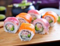 在一个木盘子的三文鱼和金枪鱼寿司 免版税库存图片