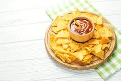 在一个木盘子的可口墨西哥烤干酪辣味玉米片芯片 辣的调味汁 Fl 库存照片