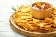 在一个木盘子的可口墨西哥烤干酪辣味玉米片芯片 辣调味汁机智 库存图片
