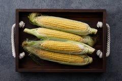 在一个木盘子的甜玉米 图库摄影
