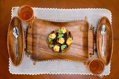 在一个木盘子的蛋糕 图库摄影