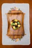 在一个木盘子的蛋糕 免版税库存图片