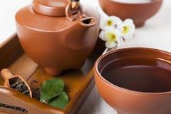 在一个木盘子的陶瓷茶壶 免版税图库摄影