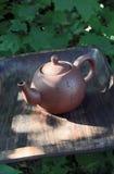 在一个木盘子的水壶 免版税库存照片