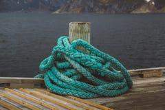 在一个木码头的Spriral natical绳索 免版税库存图片