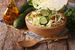在一个木碗和成份的凉拌卷心菜,水平 库存照片