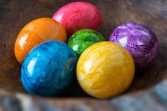 在一个木碗的五颜六色的复活节彩蛋 免版税库存图片