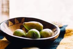 在一个木碗的仙人掌梨 免版税库存照片