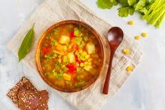 在一个木碗的健康菜玉米汤有胡麻酥脆增殖比的 免版税库存图片