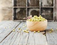 在一个木碗的发芽的素食者种子在一张土气桌,选择聚焦上 免版税库存照片