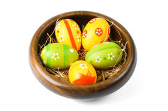 在一个木碗的复活节彩蛋 库存图片