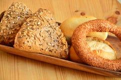 在一个木碗的小圆面包 免版税库存图片