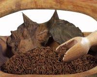 在一个木碗的小茴香籽 免版税库存照片